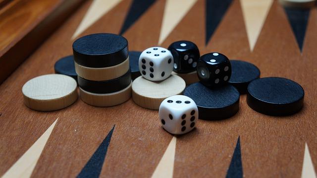 Backgammon brikker og spilleplade